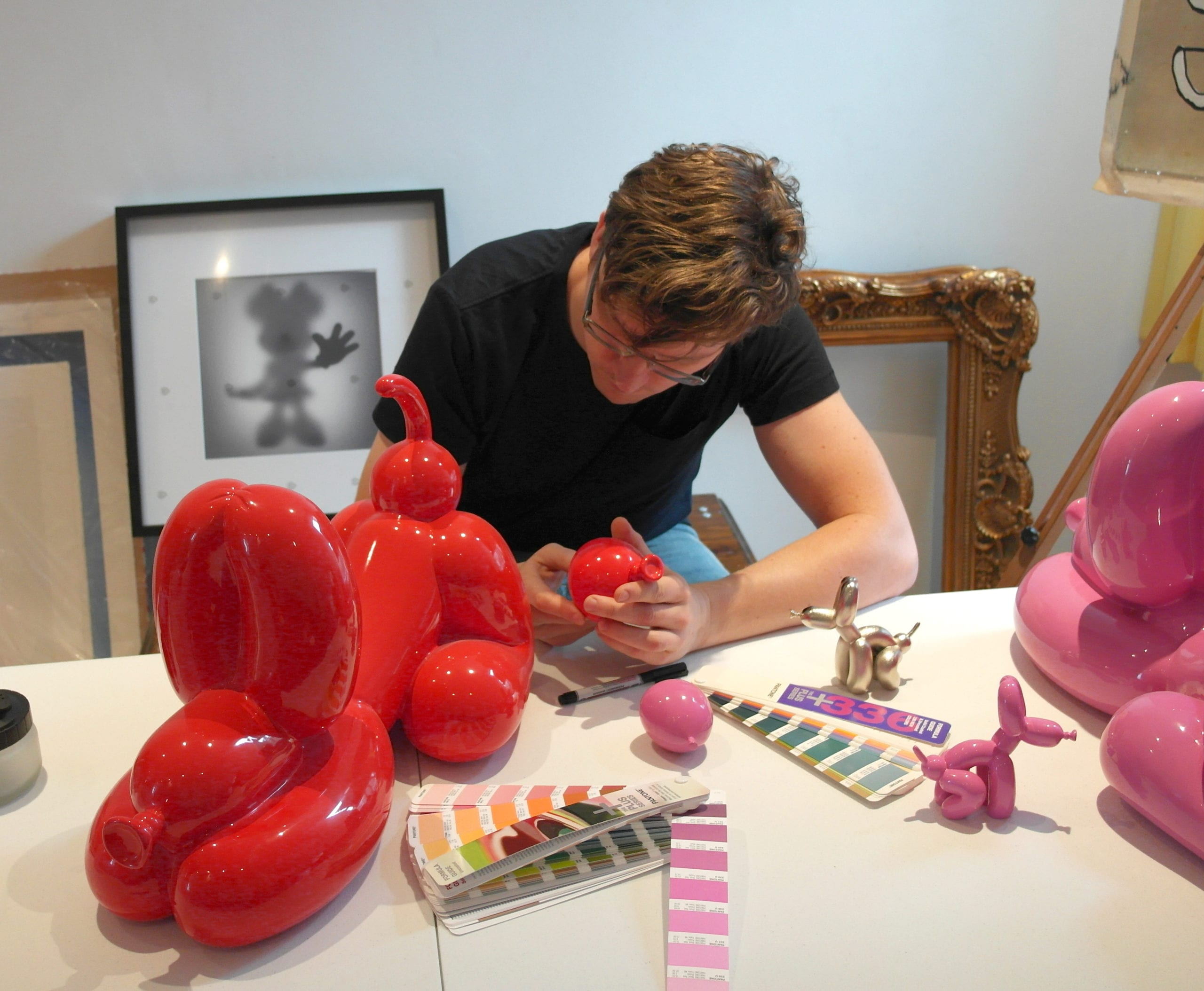 Happy POPek statue Red and Pink 50 cm, Sebastian Burdon in his studio